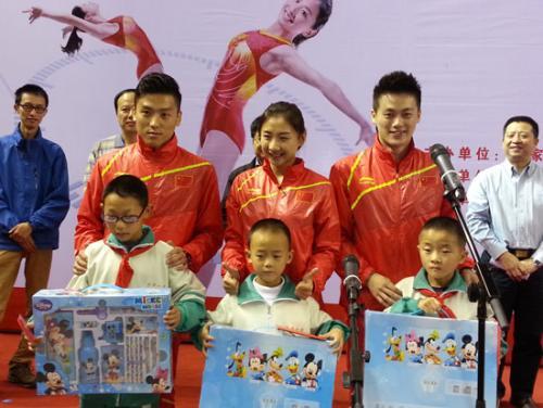蹦床奥运冠军与贫困学生结对子 希望他们快乐成长插图